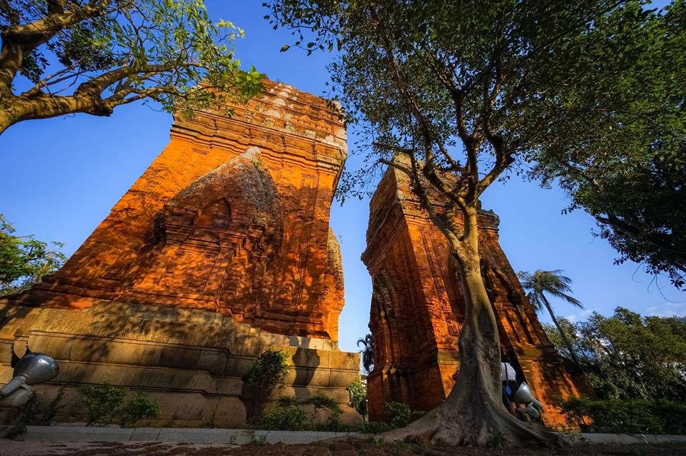Du lịch Quy Nhơn trải nghiệm vẻ đẹp cổ của Tháp Đôi